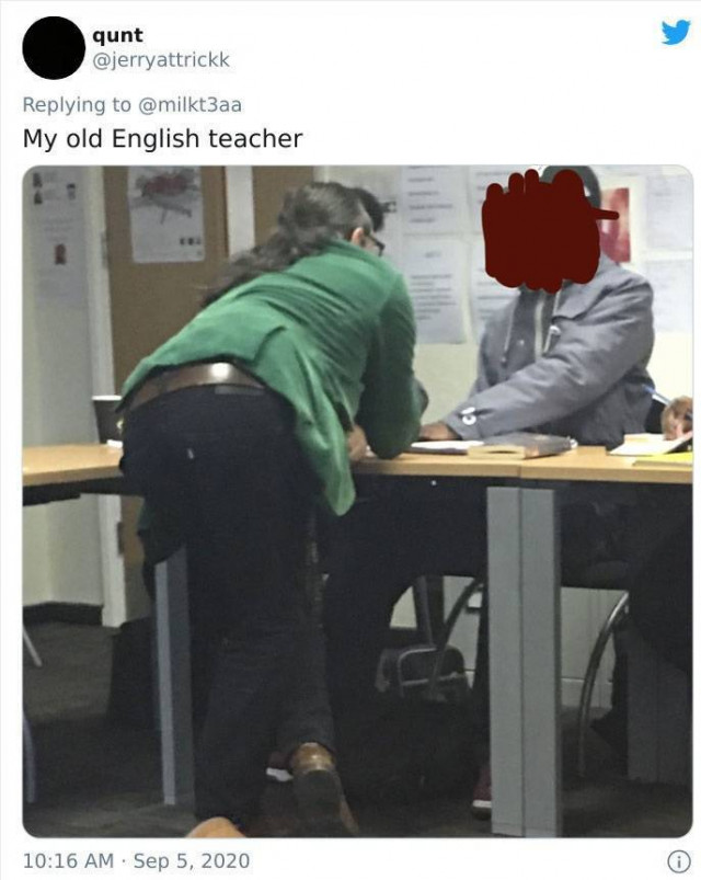 У некоторых учителей — очень странные позы во время объяснения материала