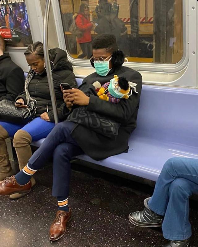 Маски пассажиров метро как показатель человеческой фантазии... или глупости?