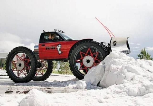 Пришла зима — пора доставать из гаража снегоуборочный транспорт. ФОТО