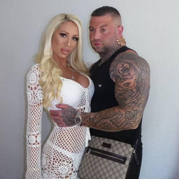 Англичанин оплачивал операции для своей жены, чтобы превратить её в Барби