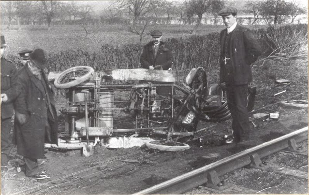 До появления ремней и подушек безопасности: фотографии автомобильных аварий начала XX века (20 фото)