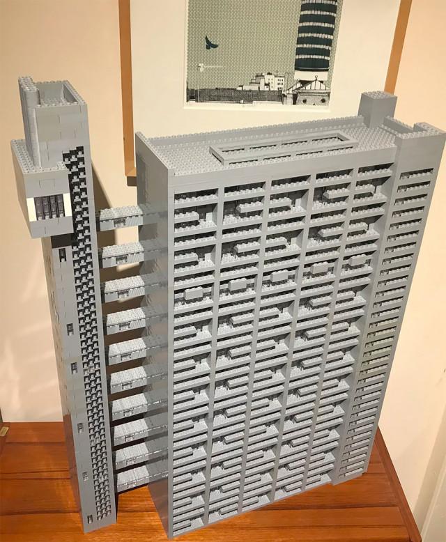 Художник потратил 2 года и 10.000 деталей LEGO на создание этого бруталистического здания