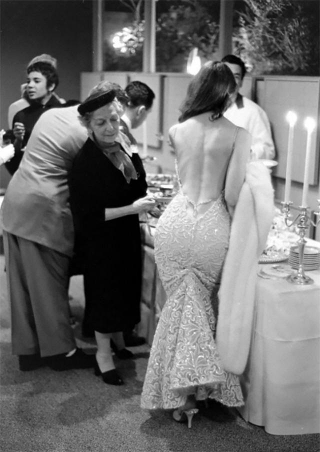Викки Дуган: соблазнительная секс-бомба, чьи смелые платья с открытой спиной вдохновили женскую моду 1950-х (29 фото)