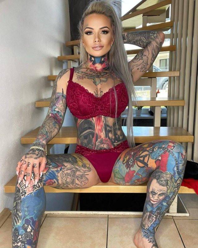 33-летняя немка покрыла своё тело татуировками любимых персонажей своего сына (15 фото)
