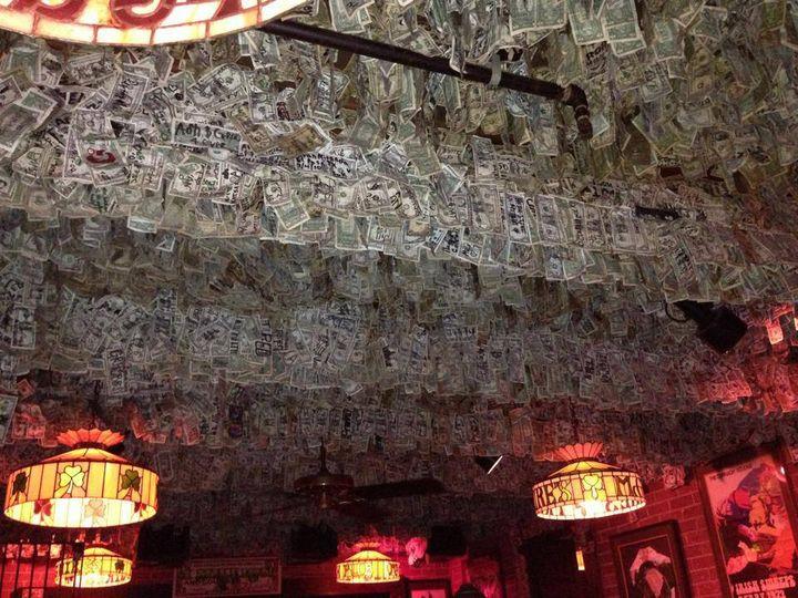Флоридский паб, интерьер которого украшают купюры на сумму почти 2 мил