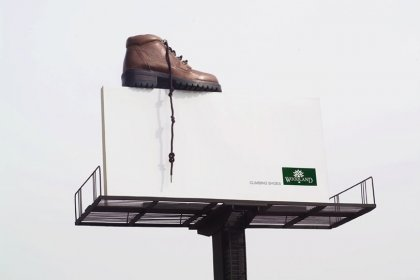 Креативная реклама обуви для скалолазания