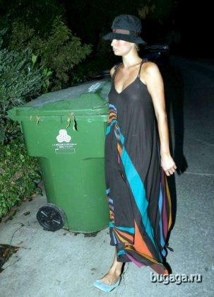 Пэрис Хилтон (Paris Hilton) копается в мусорных баках