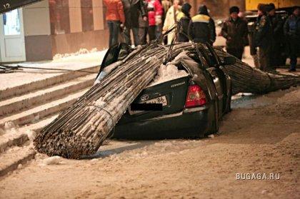 В Сургуте упал кран. Машине не повезло (5 фотографий)